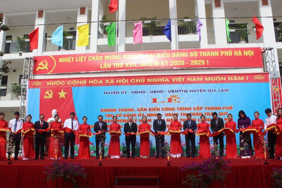 Gia Lâm gắn biển công trình kỷ niệm 1010 năm Thăng Long và chào mừng Đại hội Đảng bộ TP Hà Nội
