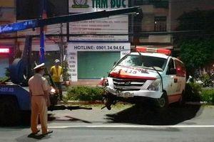 Tai nạn giao thông mới nhất hôm nay 8/10: Xe cấp cứu tông xe máy khiến 1 người nguy kịch