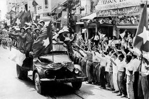 Khoảnh khắc chiến sĩ Đại đoàn Quân Tiên phong tiếp quản Thủ đô