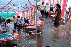 Đám cưới đúng ngày mưa lũ, gia chủ cùng quan khách ăn tiệc ngay giữa 'biển nước' mênh mông