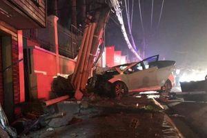 Bị truy đuổi, nhóm trộm lái ô tô tẩu thoát thì mất lái đâm gãy cột điện
