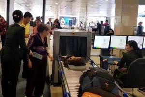 Cảng hàng không Nội Bài: Hành khách lại 'cầm nhầm' điện thoại