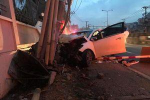 Tai nạn giao thông chiều 8/10: Trộm tài sản bị truy đuổi, 2 thanh niên lái ô tô đâm gãy cột điện trên đường tháo chạy
