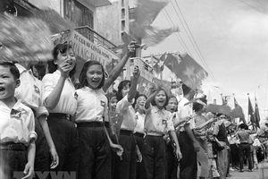 Xúc động hình ảnh nhân dân Hà Nội đón đoàn quân tiếp quản Thủ đô