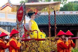 Tranh cãi chuyện Giáng My mặc áo sát nách ngồi kiệu ở Đại nội Huế: 'Cô ấy đâu có làm Nam Phương Hoàng hậu'