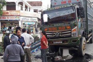 Xe tải lớn đâm xe tải nhỏ văng xuống kênh, 1 người tử vong