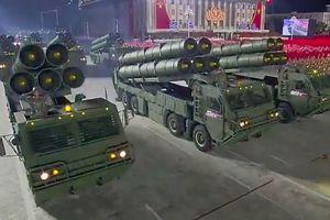 Triều Tiên phô diễn loạt vũ khí trong đêm duyệt binh