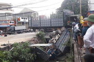 Ô tô tải 3 tấn rơi xuống mương sau tai nạn, tài xế tử vong
