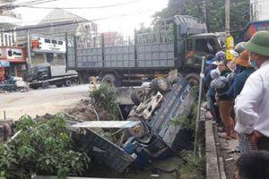 Nghệ An: Xe tải lật ngửa dưới mương, tài xế tử vong sau va chạm mạnh