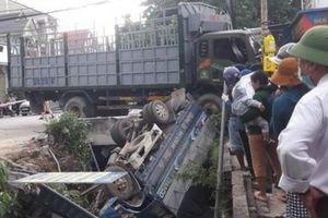 Xe tải bị đâm lật dưới kênh, tài xế tử vong