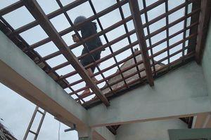 Mưa lớn, gió lốc thổi bay 20 mái nhà dân ở Quảng Nam