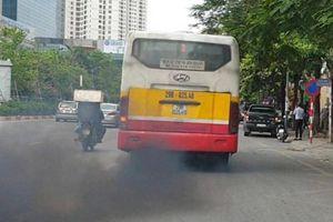 Ngán ngẩm xe buýt phả khói đen trên phố