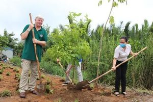 Tuổi trẻ tham gia trồng cây và hoa bảo vệ môi trường