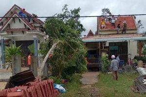 Mưa lớn, gió lốc giật bay mái 20 ngôi nhà dân