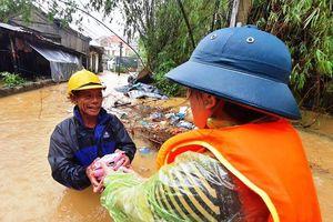 Huế: Nước vẫn dâng mênh mông, dầm mưa vượt lũ tiếp tế cho dân