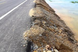 Đường ven biển ở Hà Tĩnh bị xói lở: Do mưa và chưa trồng cỏ?