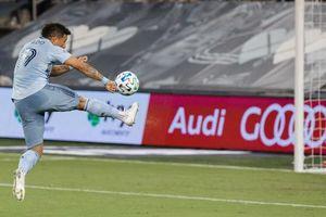 Ngôi sao MLS tái hiện cú vô lê để đời của Van Basten