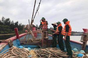 Thanh Hóa: Ngư dân kéo tàu thuyền lên bờ tránh trú bão số 7