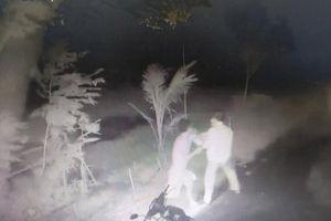 Gã thanh niên dùng dao kè cổ đánh tới tấp người đàn ông 66 tuổi giữa đêm khuya