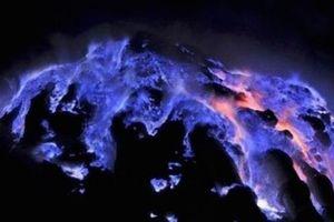 Ngọn núi lửa kỳ lạ ở Indo, có màu xanh trong đêm tối và tắt khi mặt trời mọc