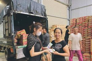 Thủy Tiên kêu gọi được hơn 10 tỷ, 'trốn' Công Vinh ra Huế hỗ trợ bà con miền Trung
