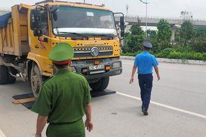 Hàng loạt xe quá tải bị xử lý tại Hà Nội