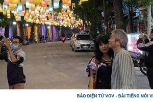 Chuyện showbiz: Thanh Lam và bạn trai bác sĩ tình tứ dạo phố, tận hưởng mùa thu Hà Nội