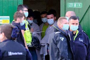 Trường bắn quân đội Anh bất ngờ bị nhóm người di cư đổ bộ