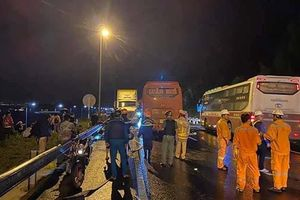 Ô tô khách nát đầu do va xe đầu kéo, 2 người chết, 20 người bị thương