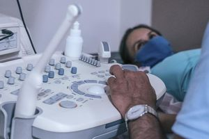 Phòng COVID-19, bệnh viện Pháp yêu cầu sản phụ đeo khẩu trang khi sinh con