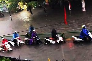 Mưa lớn kéo dài, các tuyến phố Thái Bình thất thủ, biến thành sông