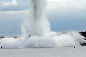 Video trái bom nặng 5,4 tấn từ Thế chiến thứ 2 nổ tung dưới lòng sông
