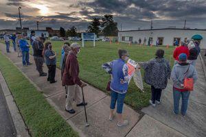 Bầu cử Mỹ: Cử tri xếp hàng dài 'chưa từng thấy' chờ bỏ phiếu sớm