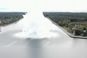 Bom nặng 5,4 tấn từ Thế chiến II nổ tung dưới lòng sông