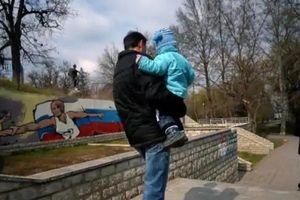 Các ông bố đồng tính ở Nga chạy trốn vì lo sợ bị bắt