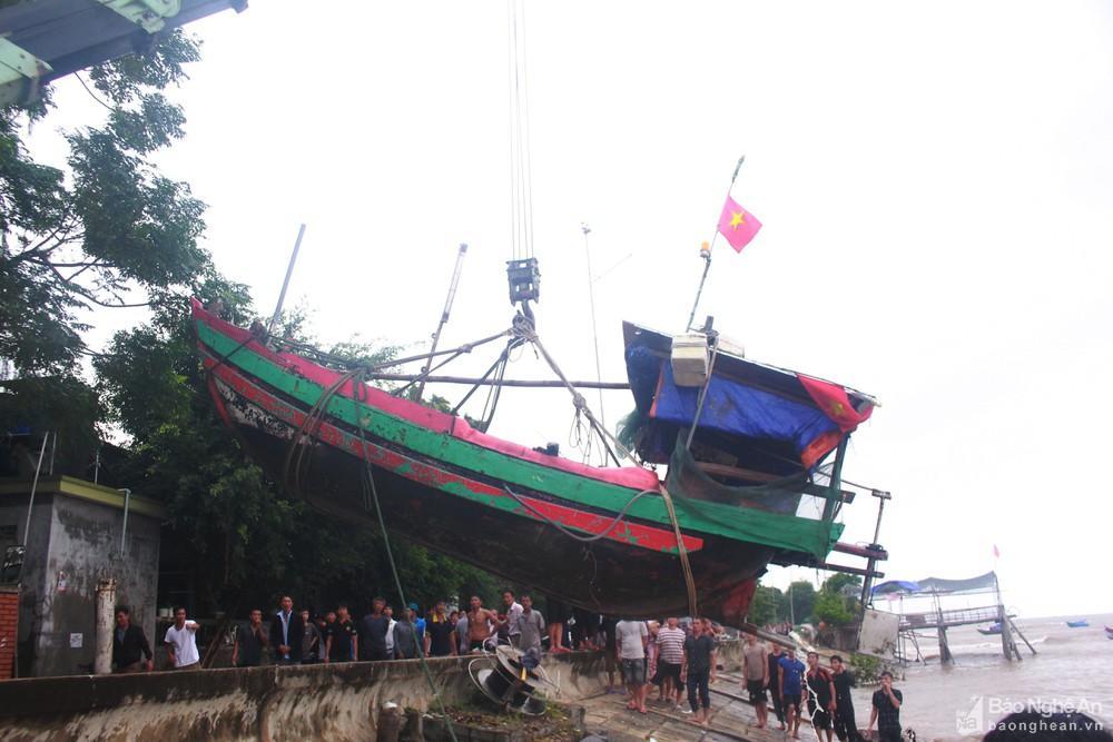 Nghệ An: Cứu hộ thành công thuyền cá bị chìm ngoài biển