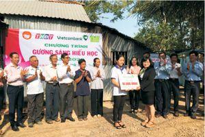 Trao tặng học bổng 'Gương sáng hiếu học'