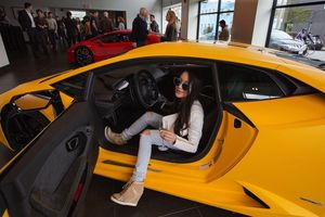 'Rich kid' Trung Quốc thuê chung khách sạn 5 sao, siêu xe để sống ảo