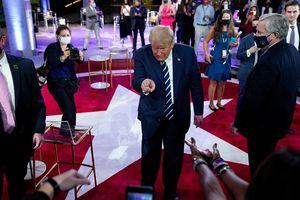 Người phụ nữ gây chú ý phía sau ông Trump trong buổi gặp gỡ cử tri