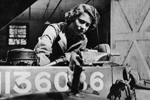 Hé lộ ảnh Nữ hoàng Anh làm thợ sửa xe những năm 1940