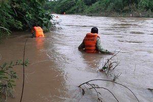 Hàng trăm người tìm kiếm nạn nhân bị nước lũ cuốn khi đang đi mua gạo