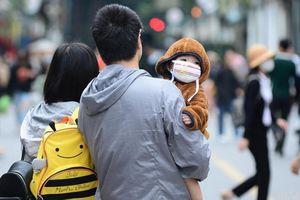 Trời trở lạnh, người Hà Nội diện áo ấm xuống phố dịp cuối tuần