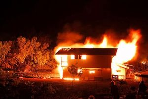 Quảng Ninh: Dùng xăng đốt nhà để chết cùng chồng