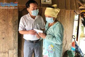 Tặng quà cho phụ nữ nghèo ở huyện Ba Tơ