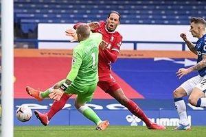 Van Dijk chấn thương trong trận 'hòa như thua' của Liverpool