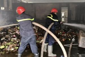 Cháy lớn kho hàng công ty chứa vải, nệm, mút xốp ở Sài Gòn