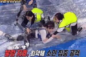 Fan xót xa khi Jisoo (BLACKPINK) bị Jeon So Min đạp té chỏng chơ tại Running Man