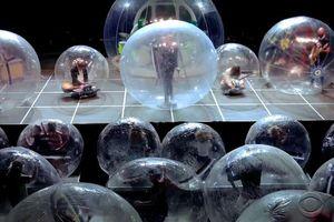Ban nhạc rock trình diễn trước 100 khán giả trong bong bóng