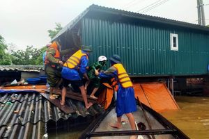 Quảng Bình chìm ngập trong nước, người dân gấp rút chạy lũ
