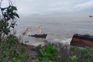 Tàu nước ngoài bí ẩn dạt vào bờ biển TT-Huế đã bị gãy làm đôi